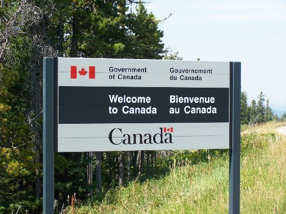 A bilingual road sign welcoming people to Canada